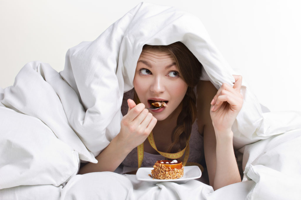 Frau isst heimlich